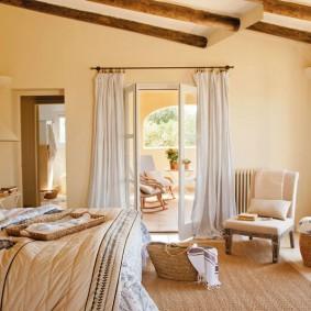 Стильная спальня с выходом во двор