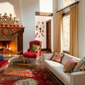 Арабский ковер на полу гостиной