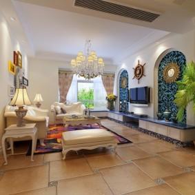 Зеленая пальма в интерьере гостиной