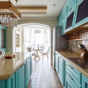 Кухонный гарнитур с бирюзовыми фасадами