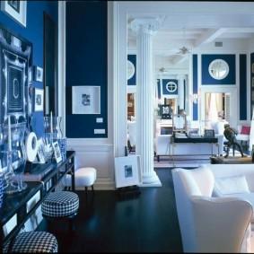 Синие стены в комнатах загородного дома