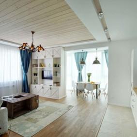 Деревянные доски на двухуровневом потолке