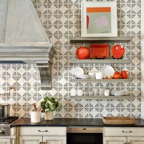 Небольшие полочки на стене кухни