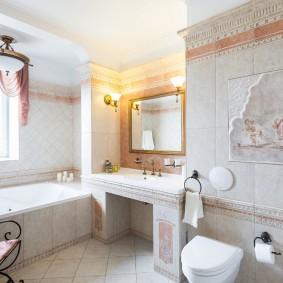 Просторная ванная комната с окном в стене