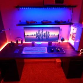 Освещение стола в комнате геймера