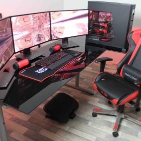 Фото комнаты ПК геймера с удобным креслом