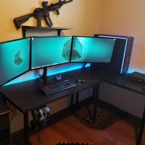 Три монитора на столе любителя компьютерных игр