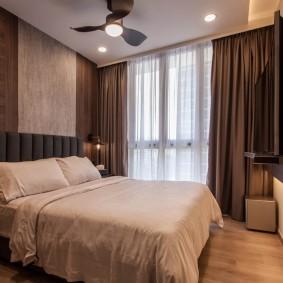 Плотные занавески в спальне двухкомнатной квартиры