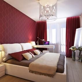 Белый потолок в спальне с бордовыми стенами
