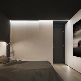 Светлая мебель в спальне с черным потолком