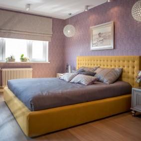 Фиолетовые стены в спальной комнате