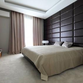Черные панели на стене спальни