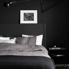 Фото в белой рамке на черной стене