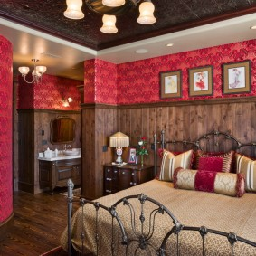 Деревянная отделка стен в небольшой спальне