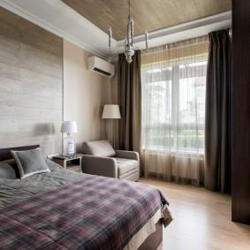 Плотные занавески в спальне мужчины