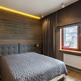 Желтая подсветка под потолком спальни