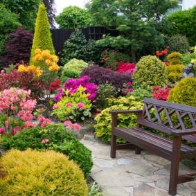 Садовая скамейка коричневого цвета