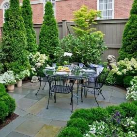 Площадка для отдыха в укромном уголку сада