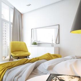 Желтый стул в спальной комнате