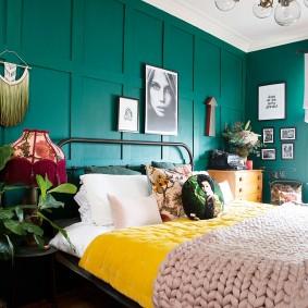 Изумрудная стена в красивой спальне