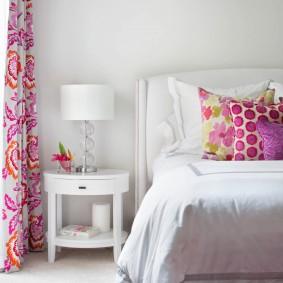 Яркие занавески на окне спальни