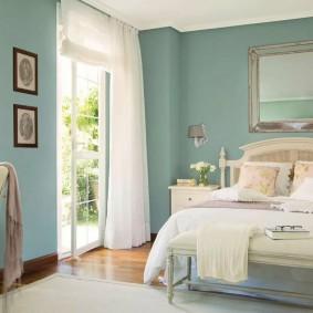 Красивая спальня с голубыми стенами