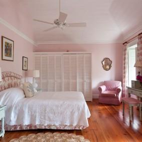 Деревянный пол в спальной комнате