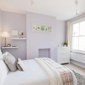 Светлая спальня с белым потолком