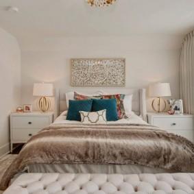 Акцентные подушки в интерьере спальни