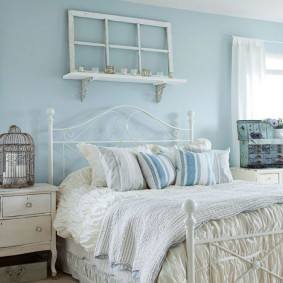 Деревянная рама на полке в спальне