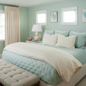 Светло-голубые обои в спальной комнате