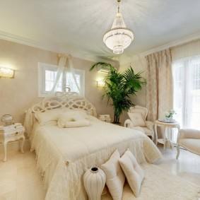 Высокая пальма в спальне женщины
