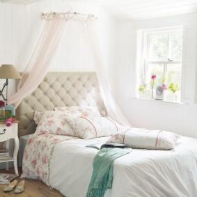 Интерьер спальни с небольшим окном