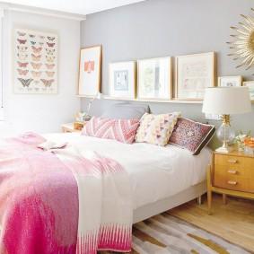 Розовое одеяло на белой кровати