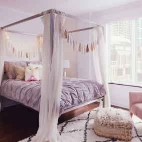 Широкая кровать с тканевым балдахином