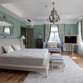 Серая кровать в спальне большого размера