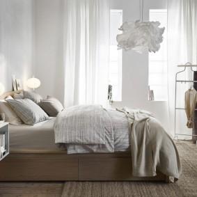 Белый светильник на потолке спальни
