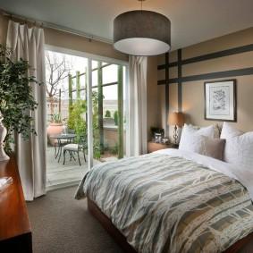 Уютная спальня с окном до самого пола