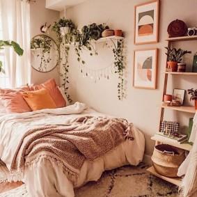 Оранжевые подушки у изголовья кровати