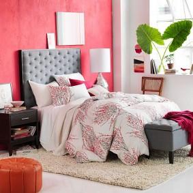 Розовая стена за изголовьем кровати