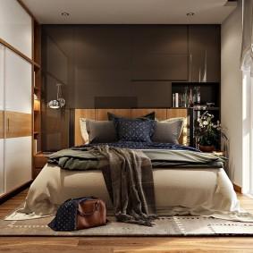 Коричневая стена в небольшой спальне