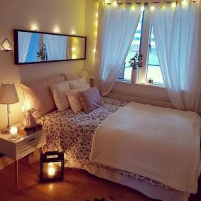 Декор спальни гирляндами с лампочками