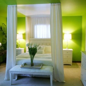 Освещение спальной комнаты с зелеными обоями