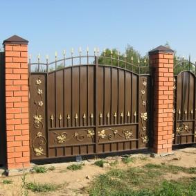 Распашные металлические ворота с пиками наверху