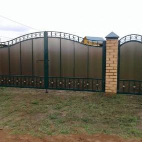Листы поликарбоната на металлических воротах