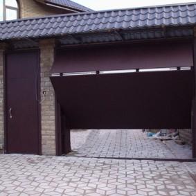 Двустворчатые подъемные ворота во дворе дома