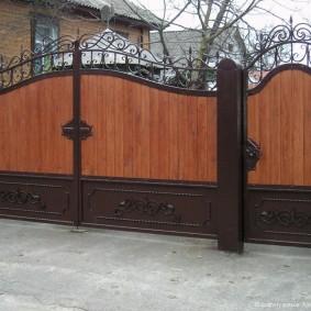 Деревянно-металлические ворота на стальных столбах