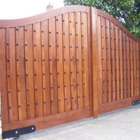 Деревянные ворота на массивных петлях