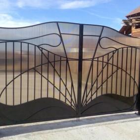Стальные ворота с обшивкой из поликарбоната
