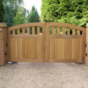 Деревянные ворота в ретро стиле